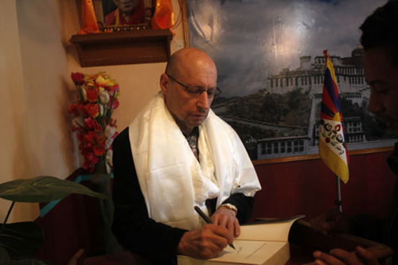 Professor Sperling signing books at the book launch. (Photo: The Tibet Express)
